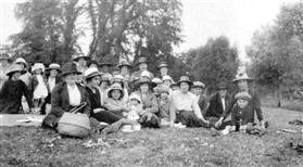 Photo:Orwell WI's first picnic, Manor Farm 1923