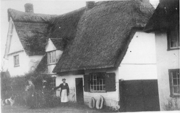 Photo:Note the unusual combination of thatch and tile on the roof